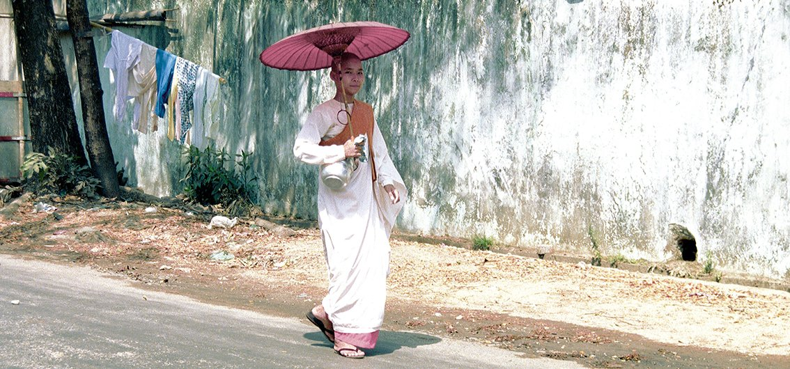 Nonne in Myanmar im traditionellen Gewand